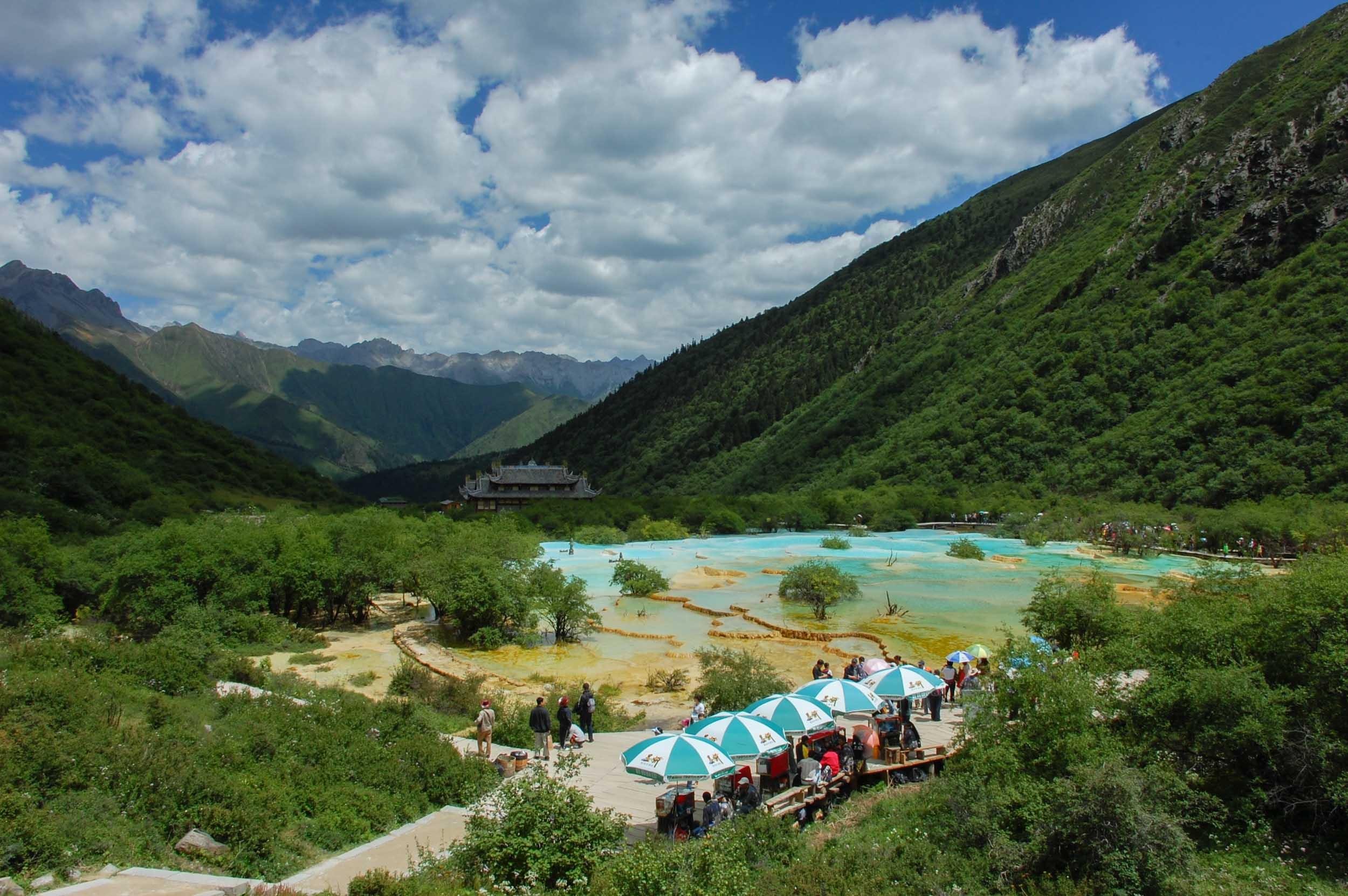 黄龍 五彩池の全景