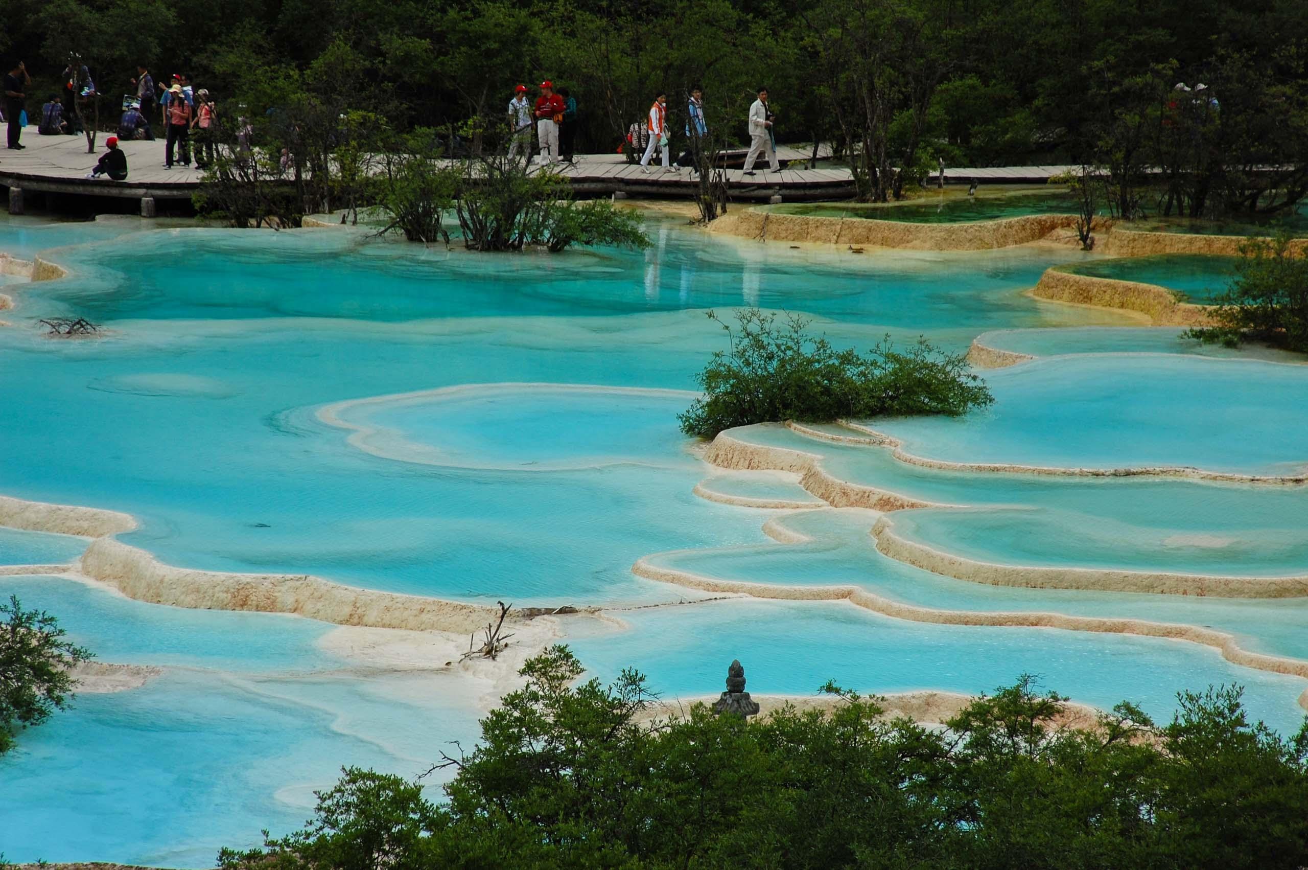 黄龍の五彩池 エメラルドグリーン